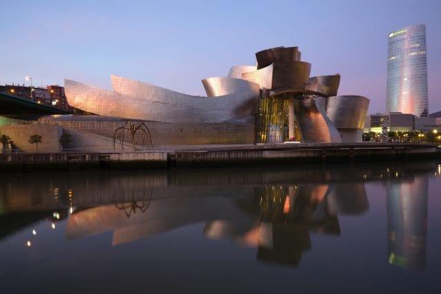 Frank O. Gehry, l'architetto rivoluzionario del Guggenheim di Bilbao, compie 90 anni